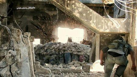 Quan doi Syria tan cong du doi cu dia thanh chien ngoai o Damascus (video) - Anh 20