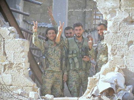 Quan doi Syria tan cong du doi cu dia thanh chien ngoai o Damascus (video) - Anh 21