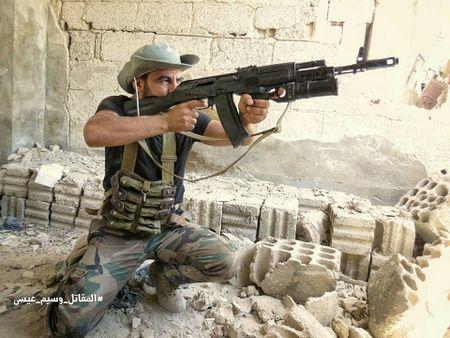 Quan doi Syria tan cong du doi cu dia thanh chien ngoai o Damascus (video) - Anh 23