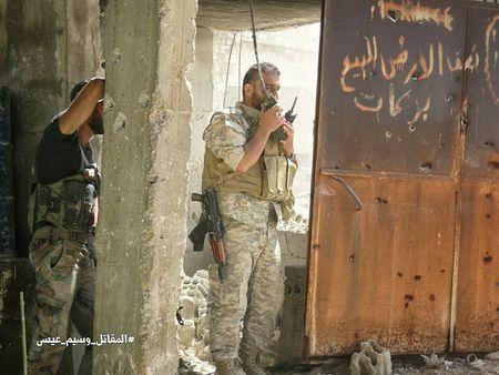 Quan doi Syria tan cong du doi cu dia thanh chien ngoai o Damascus (video) - Anh 24