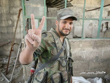 Quan doi Syria tan cong du doi cu dia thanh chien ngoai o Damascus (video) - Anh 25