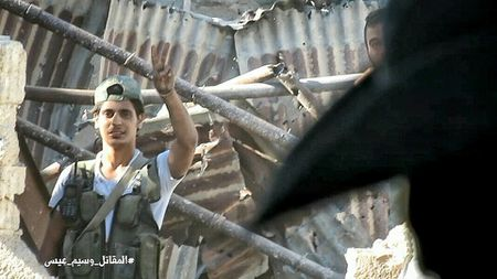 Quan doi Syria tan cong du doi cu dia thanh chien ngoai o Damascus (video) - Anh 26