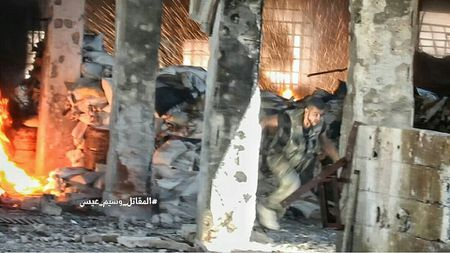 Quan doi Syria tan cong du doi cu dia thanh chien ngoai o Damascus (video) - Anh 4