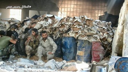 Quan doi Syria tan cong du doi cu dia thanh chien ngoai o Damascus (video) - Anh 7