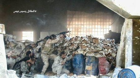 Quan doi Syria tan cong du doi cu dia thanh chien ngoai o Damascus (video) - Anh 8