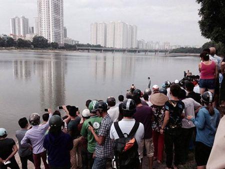 Phat hien mot thi the noi giua ho Linh Dam - Anh 1