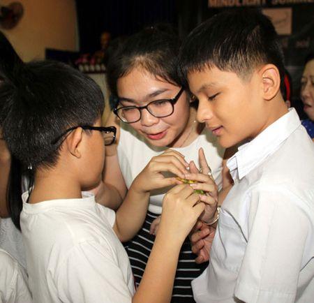 Quan quan The Voice kid Thien Nhan xuc dong khi 'fan'... so mat, so toc - Anh 2