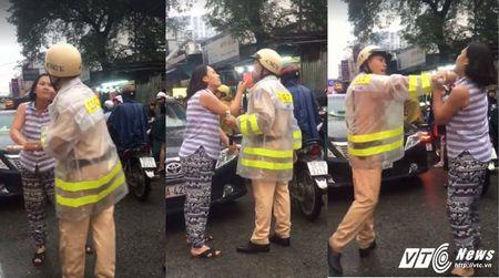 Bi nhac nho vi chay lan lan, nu tai xe hung han chui boi, de doa CSGT giua Sai Gon - Anh 1