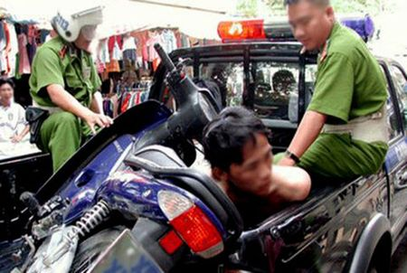 Lieu linh danh nguoi, cuop xe truoc cong Phong An ninh dieu tra - Anh 1