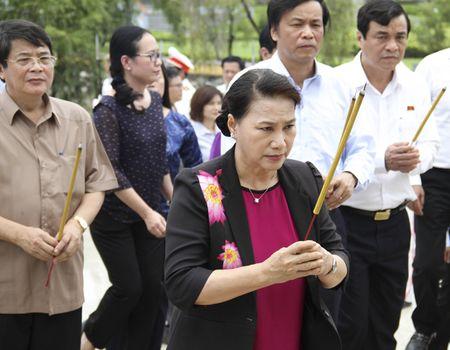 Chu tich Quoc hoi Nguyen Thi Kim Ngan dang huong nghia trang liet sy - Anh 2