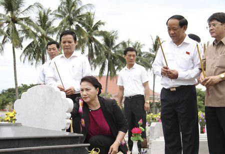 Chu tich Quoc hoi Nguyen Thi Kim Ngan dang huong nghia trang liet sy - Anh 3