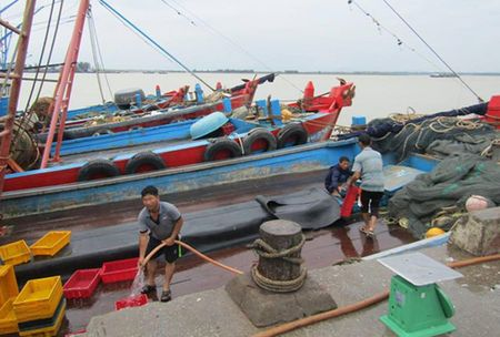 Bao bat thuong tan cong mien Trung: Nhieu 'bom' nuoc co the vo - Anh 1