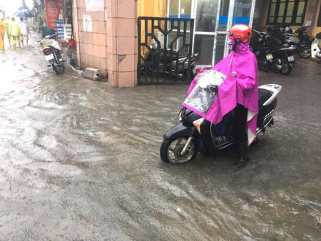 Ha Noi: Pho lai thanh 'song' vi mua lon - Anh 7