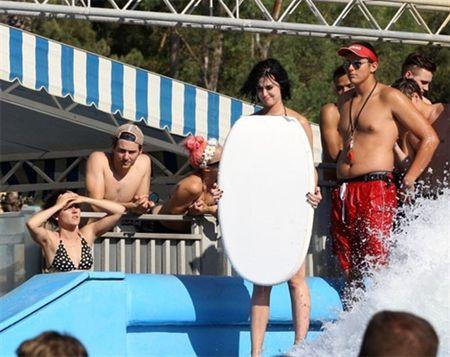 Nhung lan khoe dang nuot na nong bong cua Katy Perry voi bikini - Anh 23
