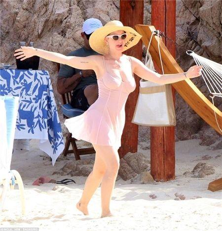 Nhung lan khoe dang nuot na nong bong cua Katy Perry voi bikini - Anh 4