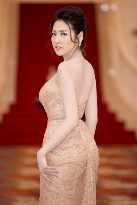 A hau Tu Anh dien dam sexy kheo khoe so do 'vang' - Anh 5