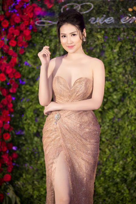 A hau Tu Anh dien dam sexy kheo khoe so do 'vang' - Anh 6