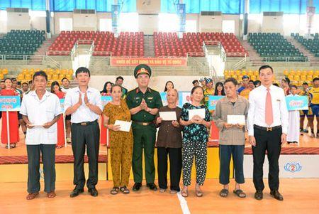 Chang 3 Cuoc dua xe dap 'Ve Truong Son-2017, Cup Bao Quan doi nhan dan': Nguyen Cuong Khang tiep tuc giu ao vang - Anh 10