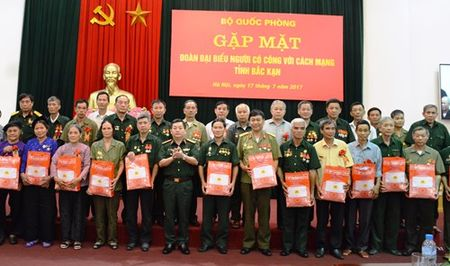 Bo Quoc phong gap mat Doan dai bieu nguoi co cong voi cach mang tinh Bac Kan - Anh 1