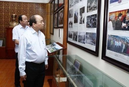 Thu tuong Nguyen Xuan Phuc dang huong tai Khu di tich lich su luu niem Trung doan 52 Tay Tien - Anh 1