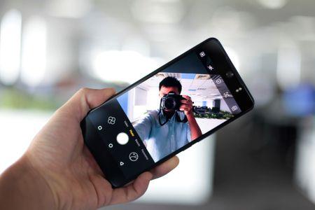 Smartphone chup selfie 16 MP gia 4,9 trieu dong tai Viet Nam - Anh 8