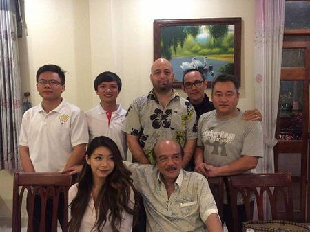 Chuong mon Nam Anh va con gai ve Viet Nam gap Flores - Anh 1