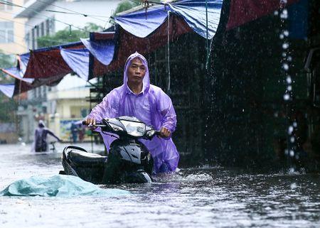 Ha Noi mua dai dang, dich vu xe cai tien cho xe may qua 'song' hot bac - Anh 4