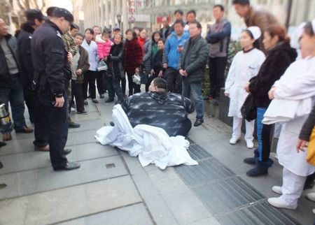 Nguoi dan ong beo nhat Trung Quoc giam than ki gan 100 kg sau su co nga khong tu day noi - Anh 1