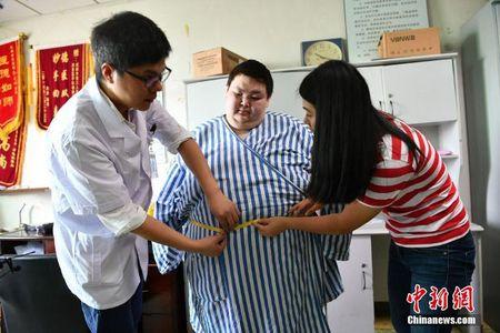 Nguoi dan ong beo nhat Trung Quoc giam than ki gan 100 kg sau su co nga khong tu day noi - Anh 2