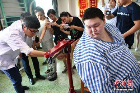 Nguoi dan ong beo nhat Trung Quoc giam than ki gan 100 kg sau su co nga khong tu day noi - Anh 3
