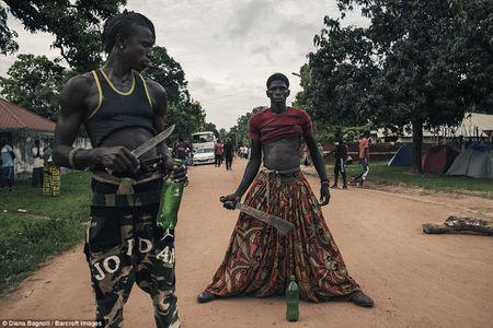 Nam thanh nien Senegal song trong rung mot thang de duoc ket hon - Anh 10