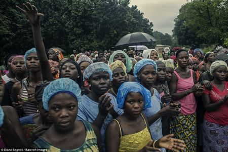 Nam thanh nien Senegal song trong rung mot thang de duoc ket hon - Anh 12