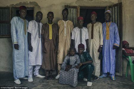 Nam thanh nien Senegal song trong rung mot thang de duoc ket hon - Anh 14