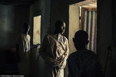 Nam thanh nien Senegal song trong rung mot thang de duoc ket hon - Anh 1