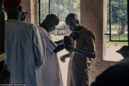 Nam thanh nien Senegal song trong rung mot thang de duoc ket hon - Anh 2