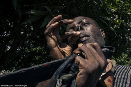 Nam thanh nien Senegal song trong rung mot thang de duoc ket hon - Anh 6