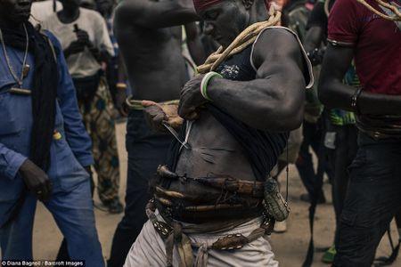 Nam thanh nien Senegal song trong rung mot thang de duoc ket hon - Anh 7