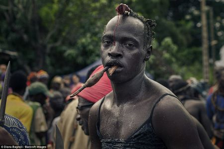 Nam thanh nien Senegal song trong rung mot thang de duoc ket hon - Anh 8