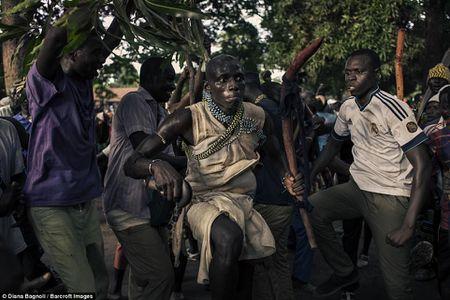 Nam thanh nien Senegal song trong rung mot thang de duoc ket hon - Anh 9