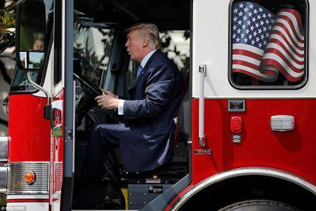 Ong Trump ngoi xe cuu hoa, keu goi dung hang noi - Anh 2