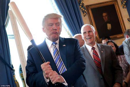 Ong Trump ngoi xe cuu hoa, keu goi dung hang noi - Anh 6
