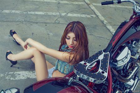 Me met chan dai ben xe khung Harley Davidson - Anh 6