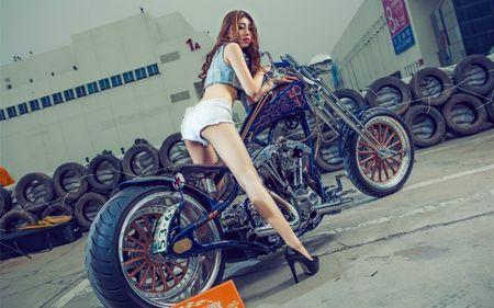 Me met chan dai ben xe khung Harley Davidson - Anh 7