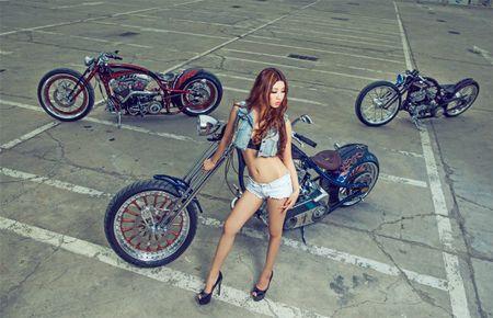Me met chan dai ben xe khung Harley Davidson - Anh 9