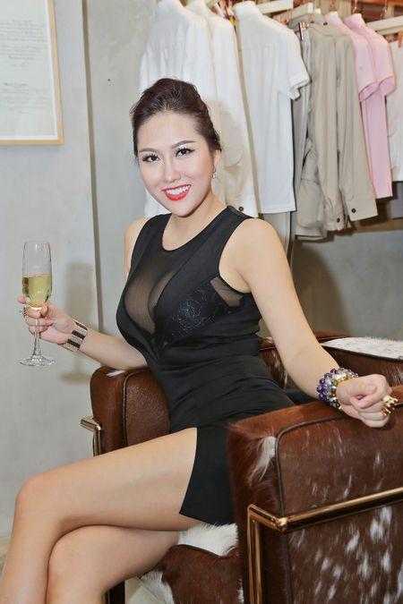 'Bong mat' vi Phi Thanh Van vay xe cao khoe 3 vong khi di su kien - Anh 2