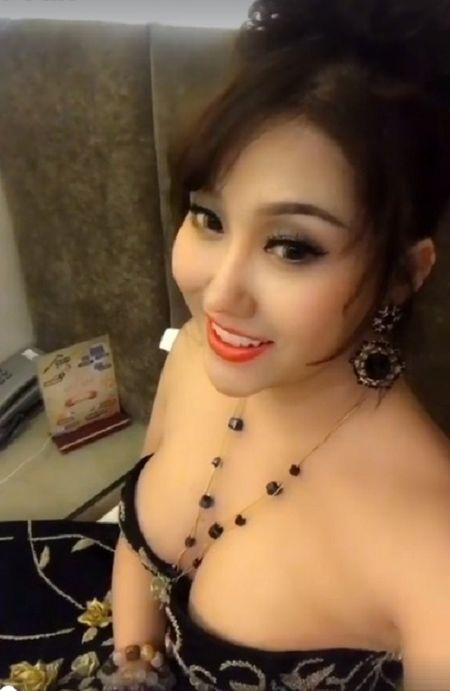 'Bong mat' vi Phi Thanh Van vay xe cao khoe 3 vong khi di su kien - Anh 9