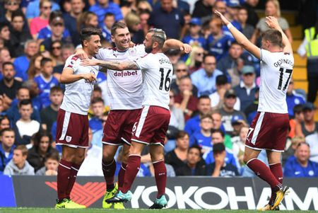 Clip: Bi duoi 2 nguoi, Chelsea bai tran truoc Burnley - Anh 1