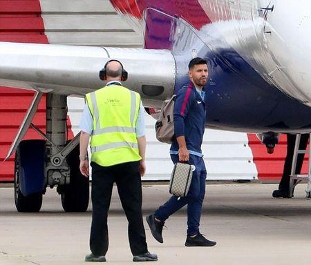 Pep uong ca phe thu gian truoc khi dan doi bay den Brighton - Anh 6