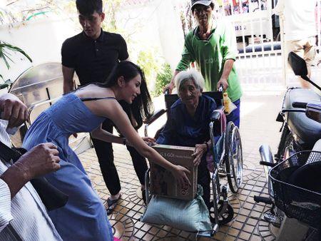 Noi tieng, giau co, khong ngo doi thuong Thuy Tien – Cong Vinh lai the nay - Anh 13