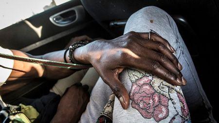 Cuoc song 'trong bong toi' cua nhung phu nu dong tinh o Senegal - Anh 1